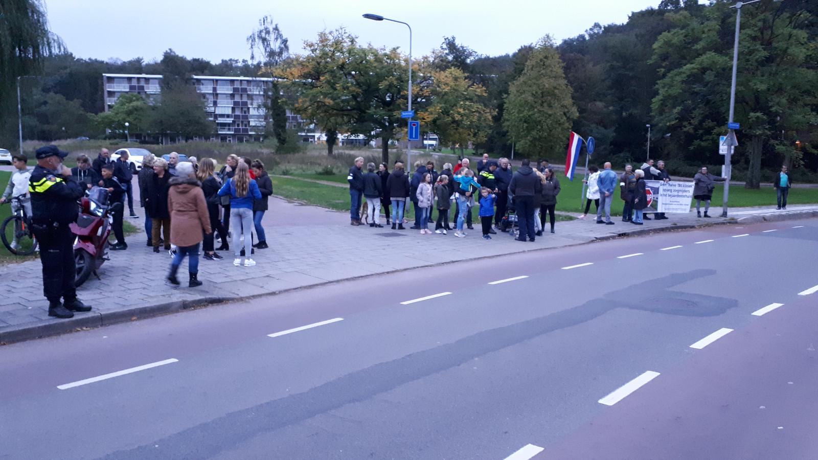 Demonstranten komen samen voor de Paasbergflat.
