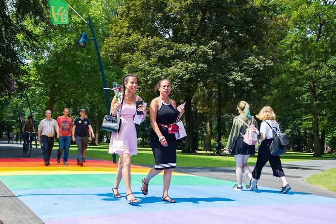 Flaneren over het regenboogpad in het park Valkenberg