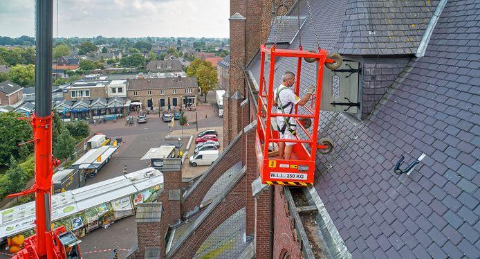 Jan van Breda voorziet alle houtwerk van de Berghemse kerk op grote hoogte van een nieuwe lik verf.