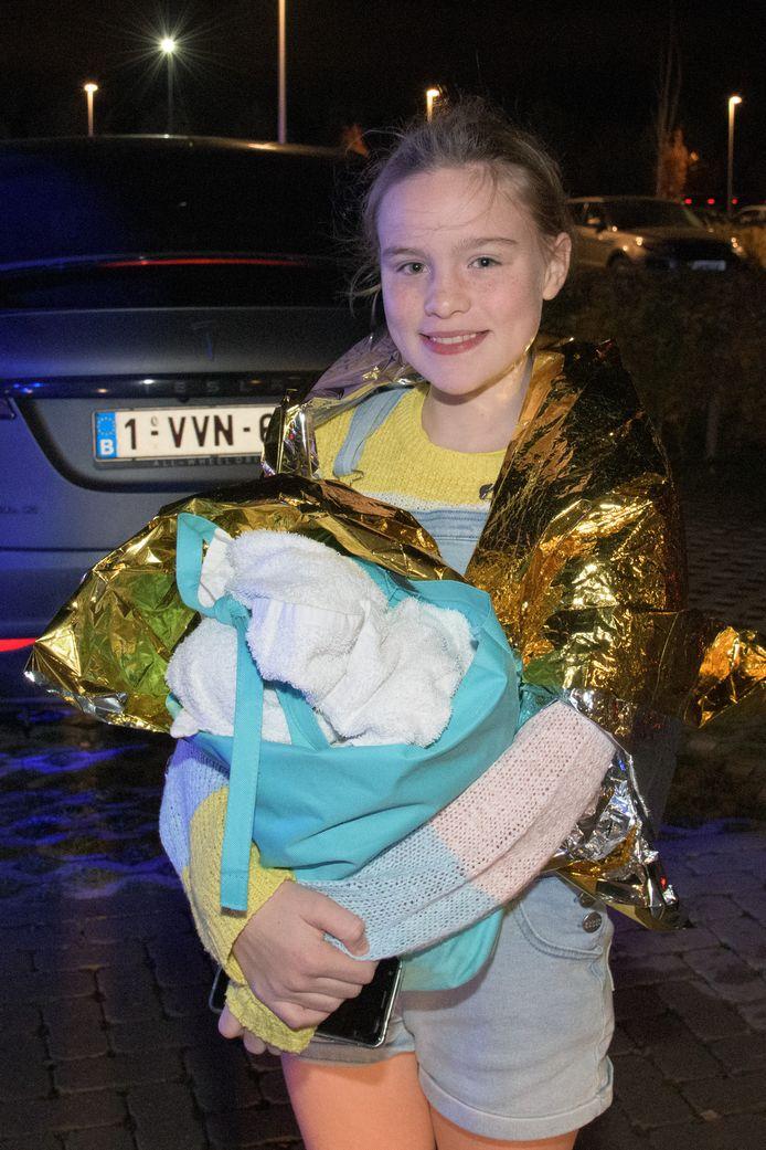 Margaux Goossens (11) werd met haar papa en haar vriendinnen uit het zwembad geëvacueerd.