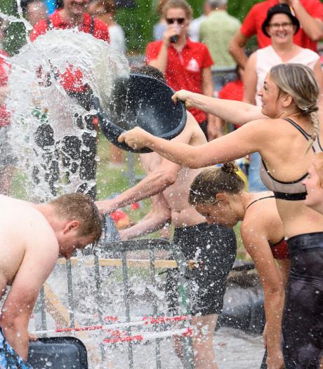 Modderbad plaag voor deelnemers zeskamp Wintelre