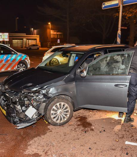 Twee automobilisten gewond na aanrijding: brandweer moet een slachtoffer bevrijden