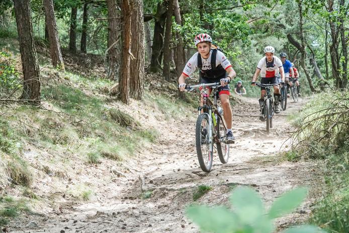 Mountainbikers in het nationaal park Veluwezoom.