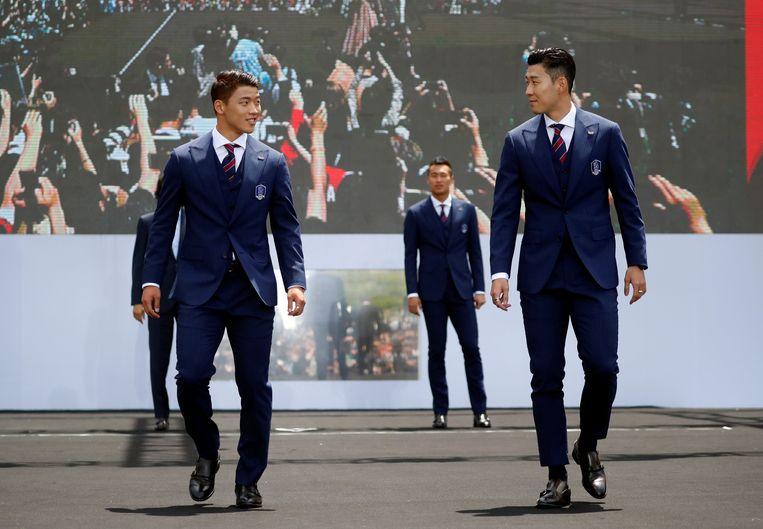 De internationals Son Heung-min en Hwang Hee-chan bij de presentatie van de WK-selectie in Seoul. Beeld Getty Images