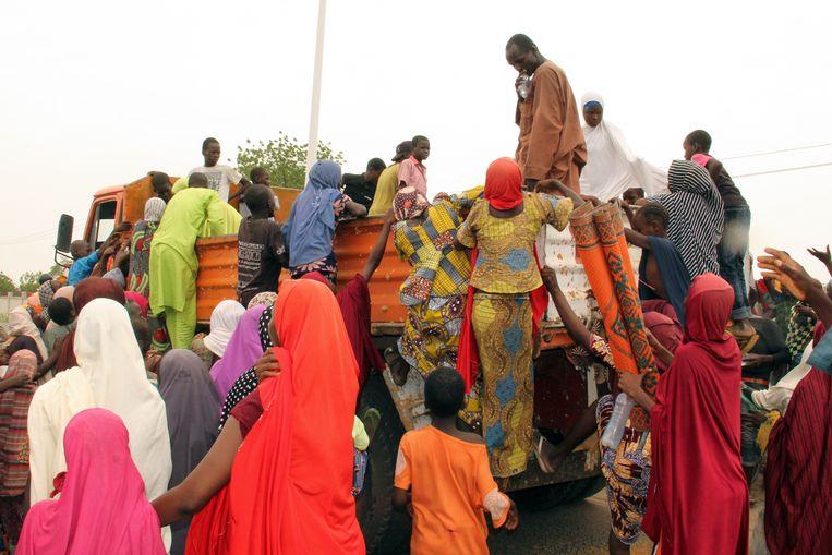 Uit protest klimmen boze vluchtelingen op een truck. Beeld AFP