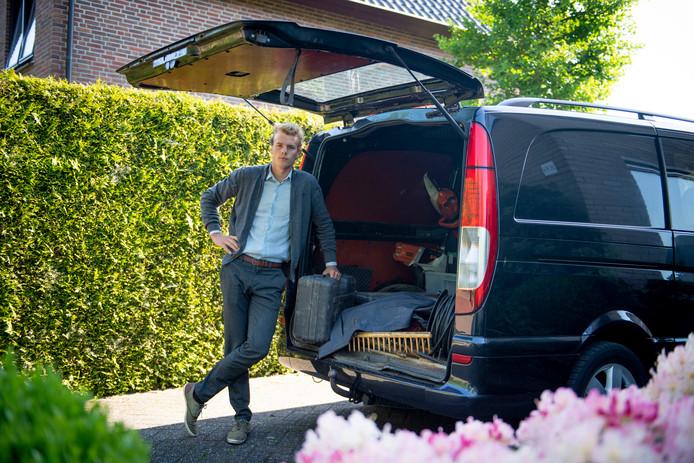 Bram Calkhoven met zijn bus bij de tuin, uit die bus is een laptop met zijn afstudeerscriptie gestolen.