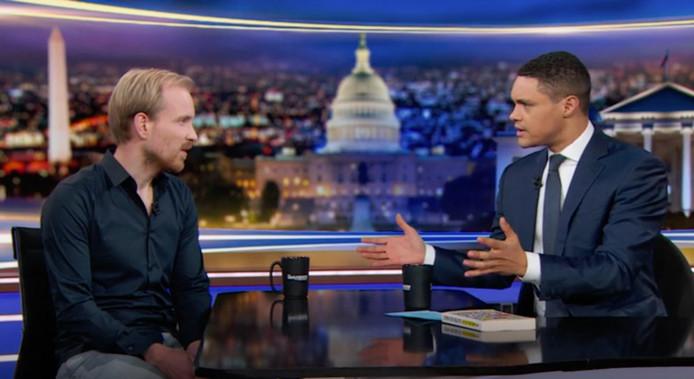 Rutger Bregman (l) te gast bij Trevor Noah in The Daily Show.