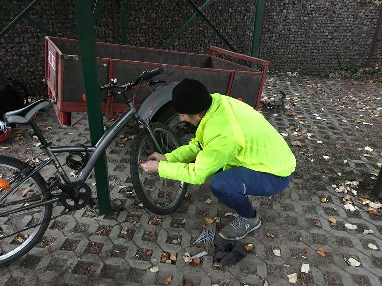 De leerlingen kregen een reflector die ze op de spaken van hun fiets konden bevestigen.