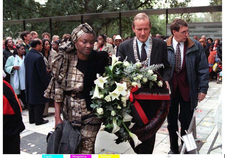 1997: Burgemeester Schelto Patijn (m) legt samen de consul van Ghana mevr. Novosi Abaido een krans tijdens de 5e herdenking van de Bijlmerramp. Beeld ANP