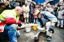 De Duitse kunstenaar Gunther Demnig  plaatst de Stolpersteine in de Mauritsstraat