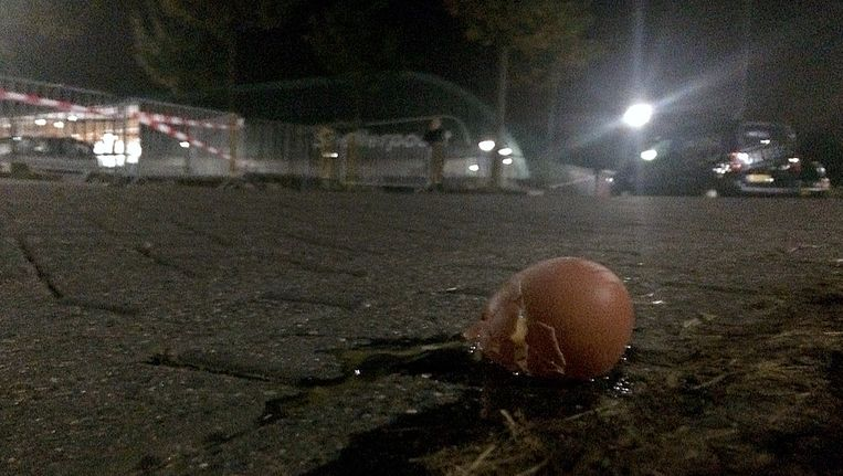Een gebroken ei op de grond voor sportcentrum Snellerpoort Beeld anp