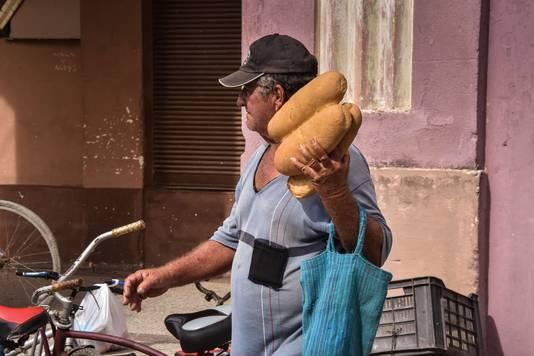 In Caibarien doet een man wat inkopen voor Irma aan land komt.