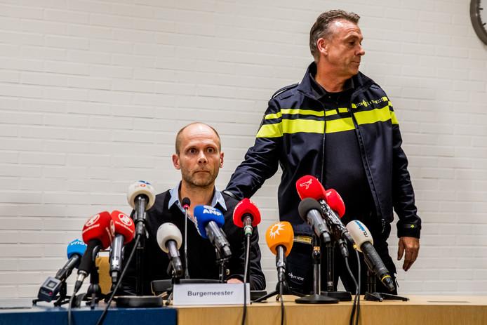 Hans Faber, de oom van Anne, en politiewoordvoerder Bernhard Jens tijdens de persconferentie.