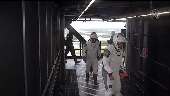 Astronauten Douglas Hurley en Robert Behnken na het verlaten van de Crew Dragon.
