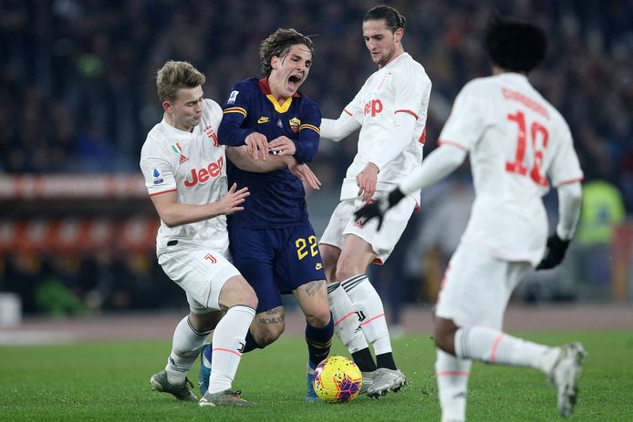 Matthijs de Ligt in duel met Nicolo Zaniolo van AS Roma.