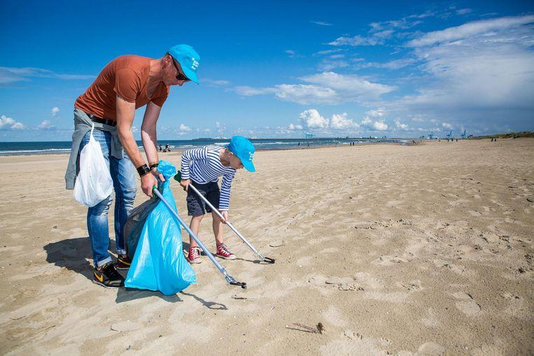 Groot of klein: met een afvalgrijper kan iedereen op zoek naar afval in het zand.