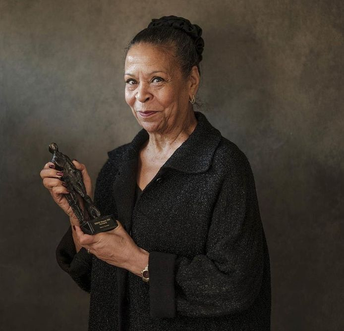 Roberta Alexander met de Edison voor haar oeuvre die ze eerder deze week won.