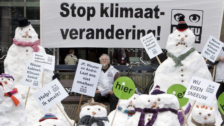 Een groep sneeuwpoppen van Milieudefensie demonstreert in 2007 op Het Plein in Den Haag. Beeld anp