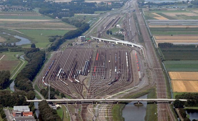 Rangeerterrein Kijfhoek met in het midden de fly-over, waar een trein spontaan ging rijden.