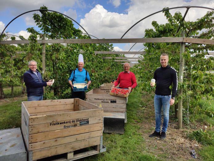 Senioren Sociëteit Groessen levert in samenwerking met Zalencentrum Gieling en Fruitkwekerij De Stokhorst 200 aspergemenus aan huis. (vlnr: Rob Gieling, Theo Wolters, Sjef Holland en Nick Gieling)