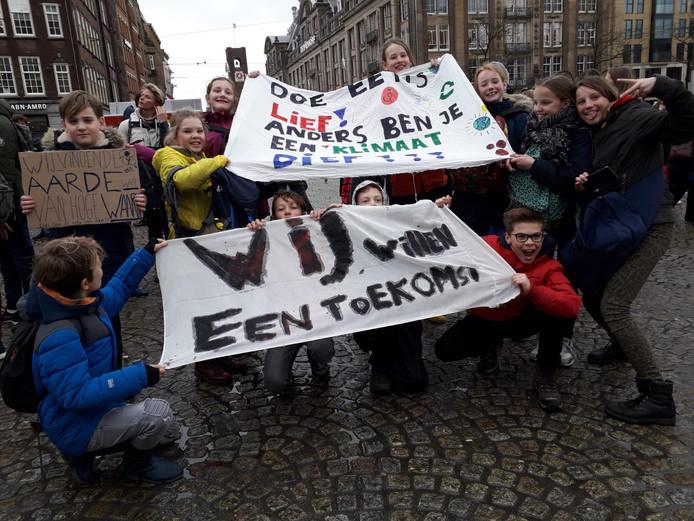 De elf klimaatspijbelaars van de Jenapleinschool in Zwolle donderdag bij de klimaatmars in Amsterdam.