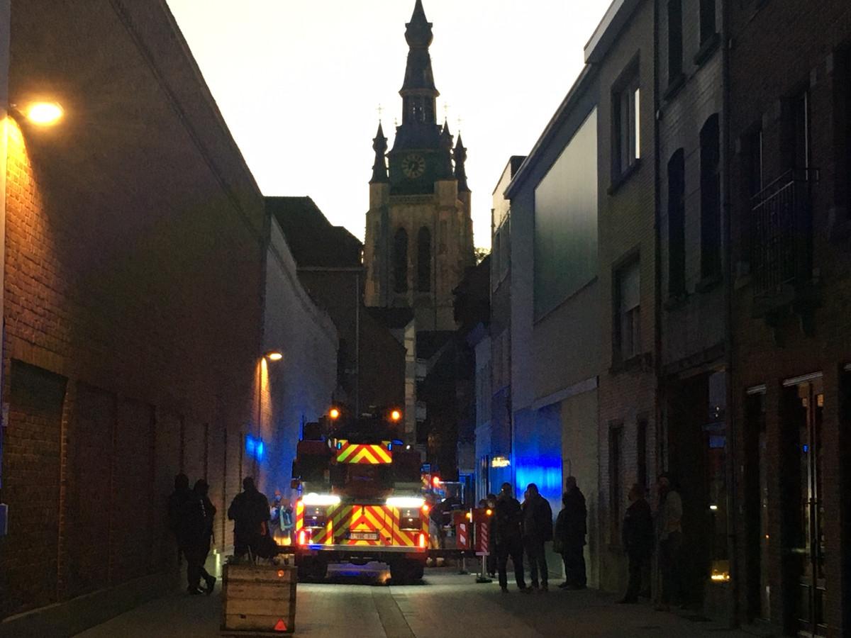 In de schaduw van de Sint-Maartenskerk in Kortrijk repte de brandweer zich afgelopen donderdag naar een brand in de Lange Brugstraat.