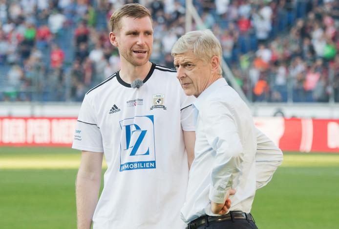 Arsène Wenger (r) en Per Mertesacker.