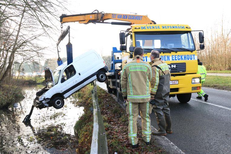 De auto belandde na een slipper in de gracht rond het kasteeldomein Hof ter Saksen
