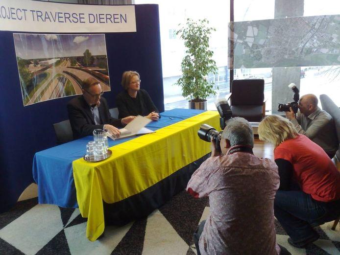 König en Bieze ondertekenen een overeenkomst over de Traverse. Foto: Marc van Onna/DG
