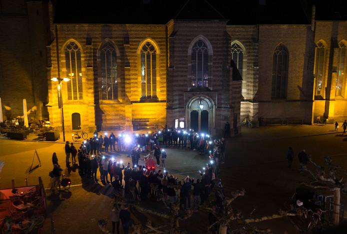 Een verlicht hart ter nagedachtenis aan de slachtoffers in Utrecht.