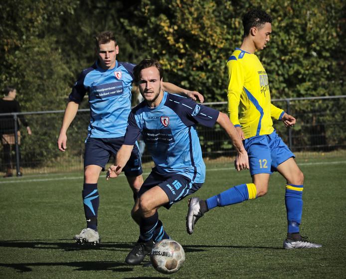 Rens van Lanen (Volkel, midden) maakte een hattrick tegen FC Uden