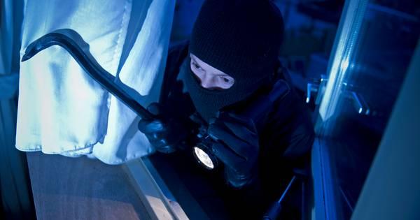 De inbreker of inbrekers hadden bij iedere woning dezelfde aanpak: aan de zijkant of achterkant van de woning vernielden ze een raam en betraden zo de woning. .