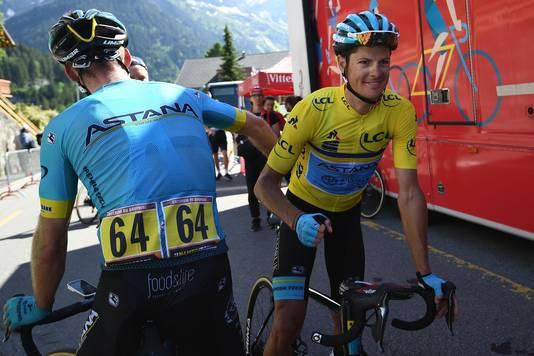Fuglsang wordt gefeliciteerd door een ploeggenoot.