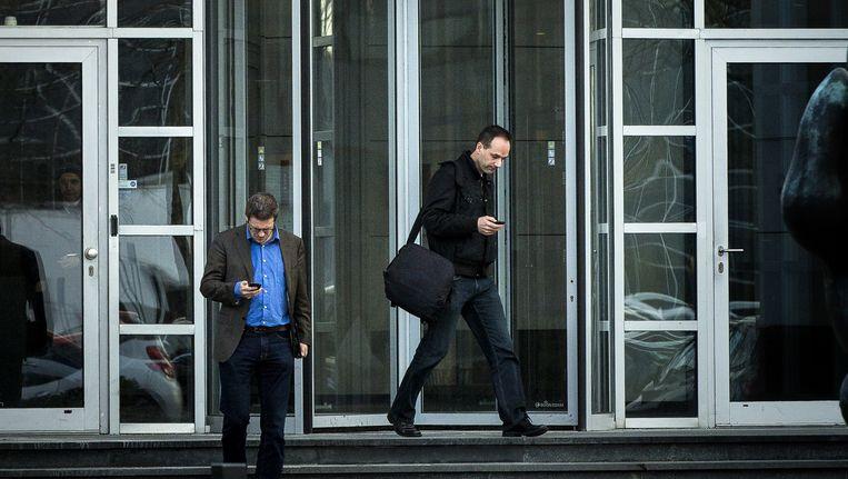 Niels Suijker (R, FNV) en Martijn den Heijer (CNV) verlaten het hoofdkantoor van de V&D na te zijn bijgepraat over de stand van zaken. Winkelpandeigenaar IEF Capital, de banken, eigenaar Sun Capital en V&D waren hier bijeen om te praten over een reddingsplan. Beeld anp