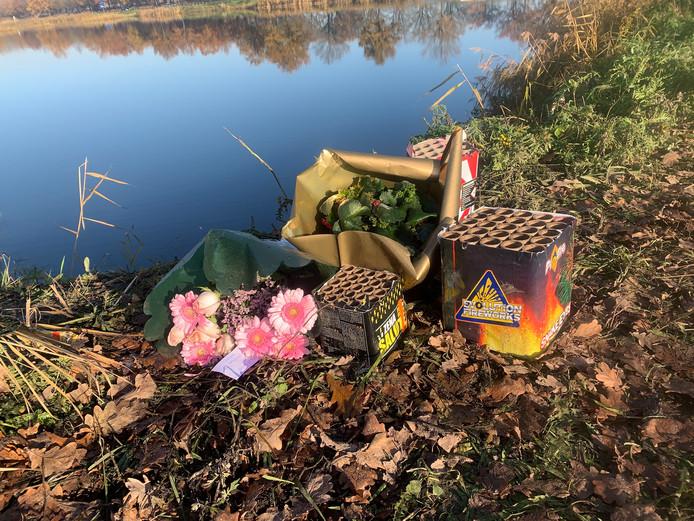 Bloemen en vuurwerk op de plaats waar de twee jongens uit Someren-Eind om het leven kwamen.