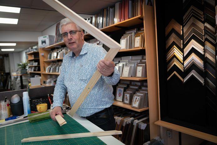 """Henk van Eimeren in zijn Huissense fotowinkel. ,,Niemand weet precies hoe dit gaat lopen."""""""