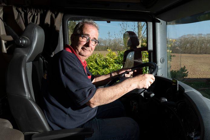 Chauffeur Rob Kemps, van transportbedrijf Van der Struijk, wordt verzocht om buiten koffie te drinken in verband met het coronavirus.