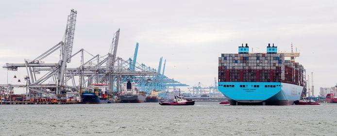 Een containerschip komt aan in de Rotterdamse haven. Scheepvaart behoort tot de meest vervuilende industrieën ter wereld.