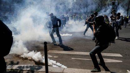 Plunderingen, in brand gestoken auto's en traangas: Parijs weer in rep en roer door protest 'gele hesjes', 126 mensen opgepakt
