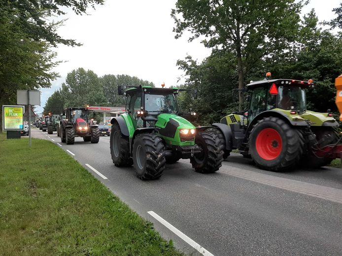 Tientallen tractoren rijden een rondje bij het distributiecentrum van de Albert Heijn in Geldermalsen.