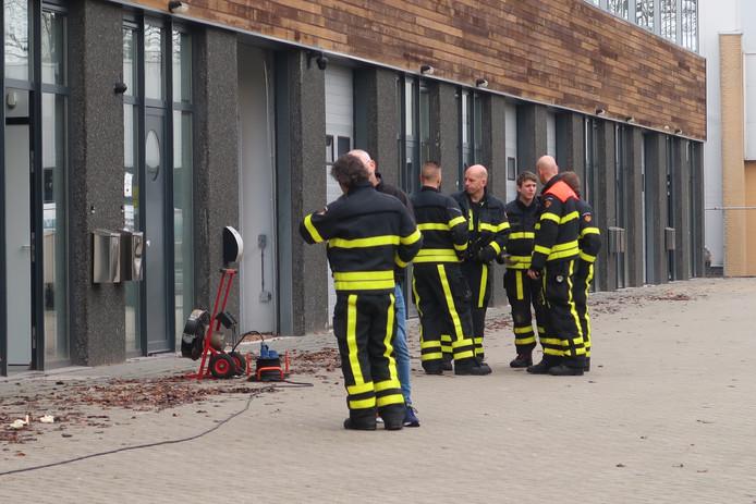 Meerdere mensen onwel na het ruiken van een chemische lucht in bedrijfspand aan de Goirkekanaaldijk in Tilburg.