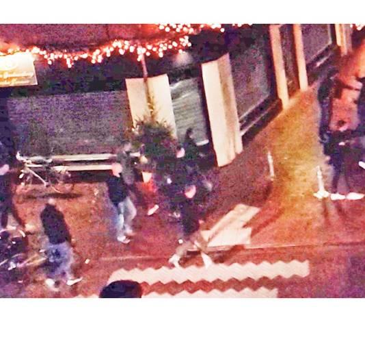 De familie van makelaar Saskia van Kessel heeft beelden vrijgegeven van het politie-optreden waarbij de vrouw ernstig gewond raakte. Ultiem uitsluitsel geven die beelden overigens niet.