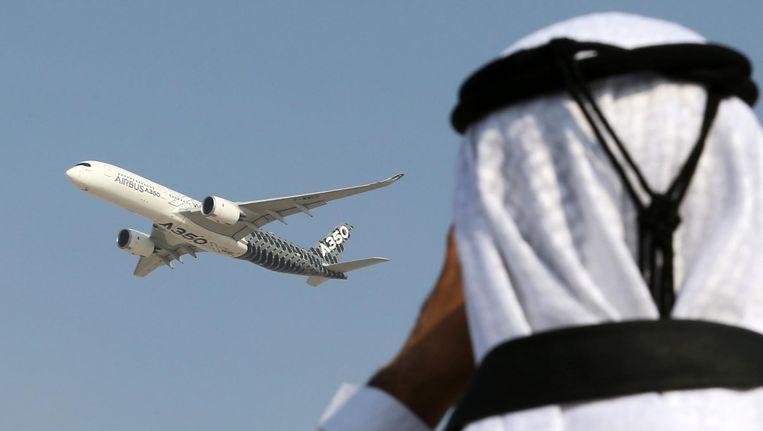 Tijdens de Dubai Airshow in de VAE vliegt een Airbus over. Beeld afp