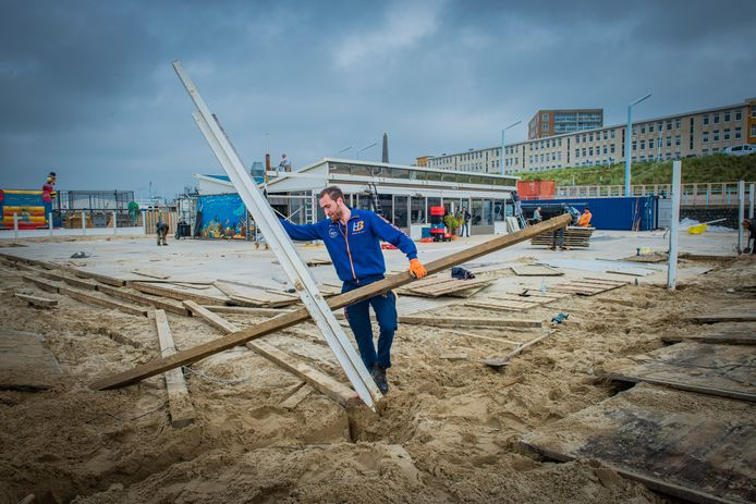 Normaal breken de ondernemers op de Haagse stranden hun strandtenten in oktober af.