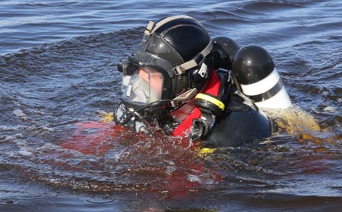 Een duiker was op zoek naar mogelijke inzittenden.