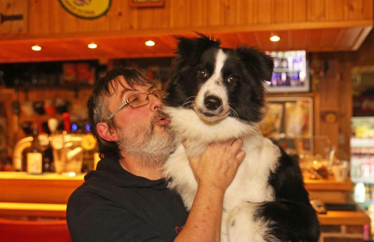 Cafébaas Johnny Vermoesen met zijn hond én held Saiko.