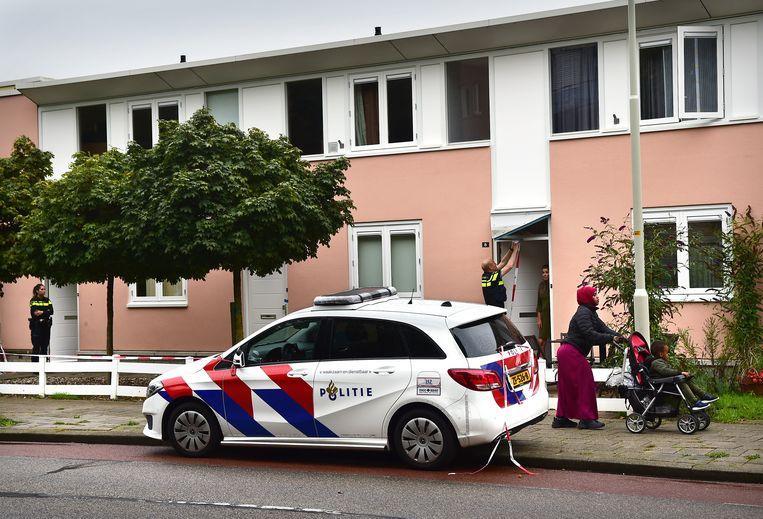 Koolmonoxidevergiftiging zorgde in Doesburg voor de dood van een vader van twaalf kinderen. De twee voordeuren links zijn van het aaneengeschakelde huis. Beeld Marcel van den Bergh