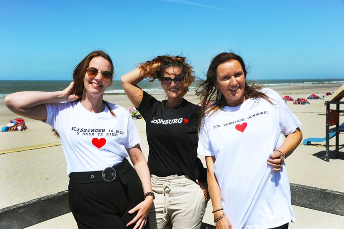 Margreet, Roxane en Stefanie (vlnr) in T-shirts die uitdrukking geven aan het gevoel bij ondernemers en toeristen.