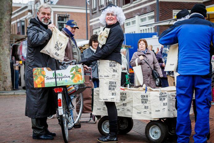 De wekelijkse markt op vrijdag in het centrum van Schiedam, trekt altijd veel bezoekers.