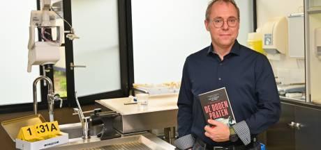 Wetsdokter stelt boek voor in autopsiezaal